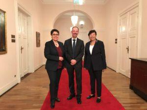 (von links: Zwei Vereinsmitglieder mit E.L. Köhler)